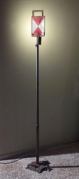 Πινακίδα σήμανσης του Ο.Σ.Ε. | ανομοιόμορφος σιδερένιος άξονας | βάση αποτελούμενη από μεταλλικά υπόλοιπα και ρετάλια | 198Χ30Χ35εκ
