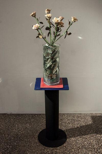Σιδερένια βάση ηχείων, ένα ροζ πλακάκι, γυάλινο βάζο γεμάτο με σπασμένους καθρέφτες, ψεύτικα τριαντάφυλλα φτιαγμένα από ζυμάρι, χαρτί και σύρμα. 130 x 35 x 35εκ