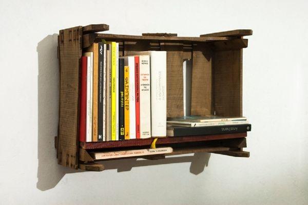 Μικρή επιτοίχια βιβλιοθήκη αποτελούμενη από ένα ξύλινο καφάσι φρούτων στο οποίο και έχει προσαρμοστεί ένα ξύλινο ράφι. 37 x 53 x 24εκ.