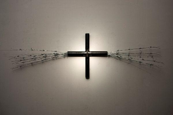Σταυρός από σιδερένιους σωλήνες και ρετάλια από γαλβανιζέ συρματοπλέγματα. 44 x 160 x 24εκ