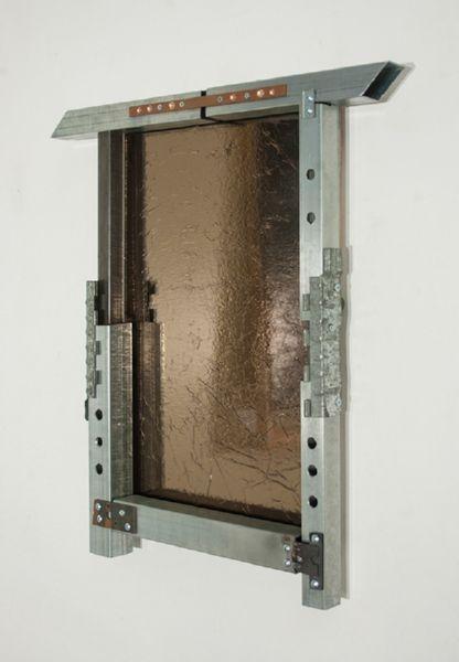 Πλαίσιο αποτελούμενο έξ ολοκλήρου από μεταλλική σαβούρα διαφορετικών μορφών και προελεύσεων, απομίμηση καθρέφτη αποτελούμενη από κινηματογραφικό αλουμινόχαρτο και κρύσταλλο φιμέ. 70 x 65 x 8εκ