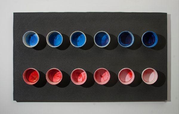 12 πλαστικά δοχεία με ξερό πλαστικό χρώμα τοποθετημένα σε ηχομονωτικό αφρώδες φόντο. 95 x 170εκ.