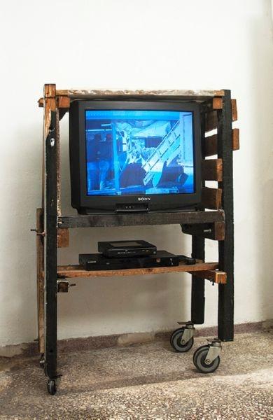 Ρετάλια από σανίδες, δοκάρια και νοβοπάν, νάιλον, ρόδες από καρότσι super market, τηλεόραση, dvd player. 130 Χ 90 Χ 50εκ