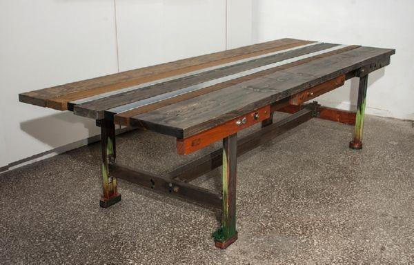 Ρετάλια από διαφορετικούς τύπους και μορφές σιδήρου, ξύλα προερχόμενα από παλέτες, μαδέρια σκαλωσιάς, γαλβανιζέ σίδερα στρανταριστά, ενισχυμένες σόλες υποδηματοποιίας. 312 x 110 x 80εκ